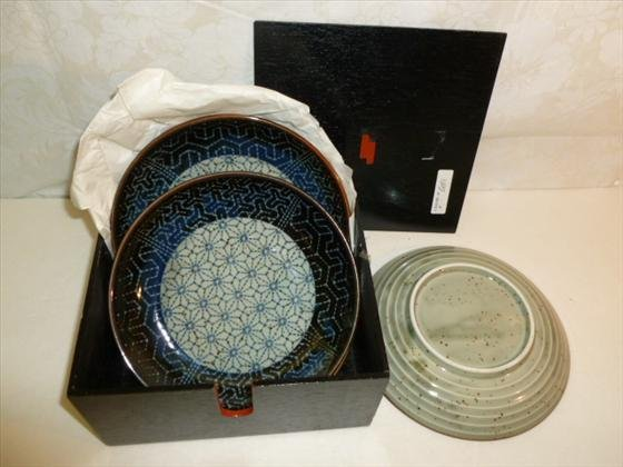 5 porcelain dishes in black wood box with lid