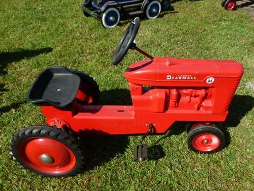 Farmall tractor pedal car red  Super M- Ertl- chain