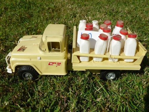 Buddy L- milk truck with plastic bottles some tops