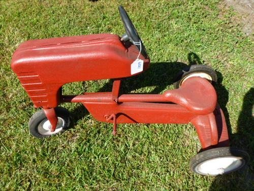 Red pedal tractor- missing pedals and screw some rust
