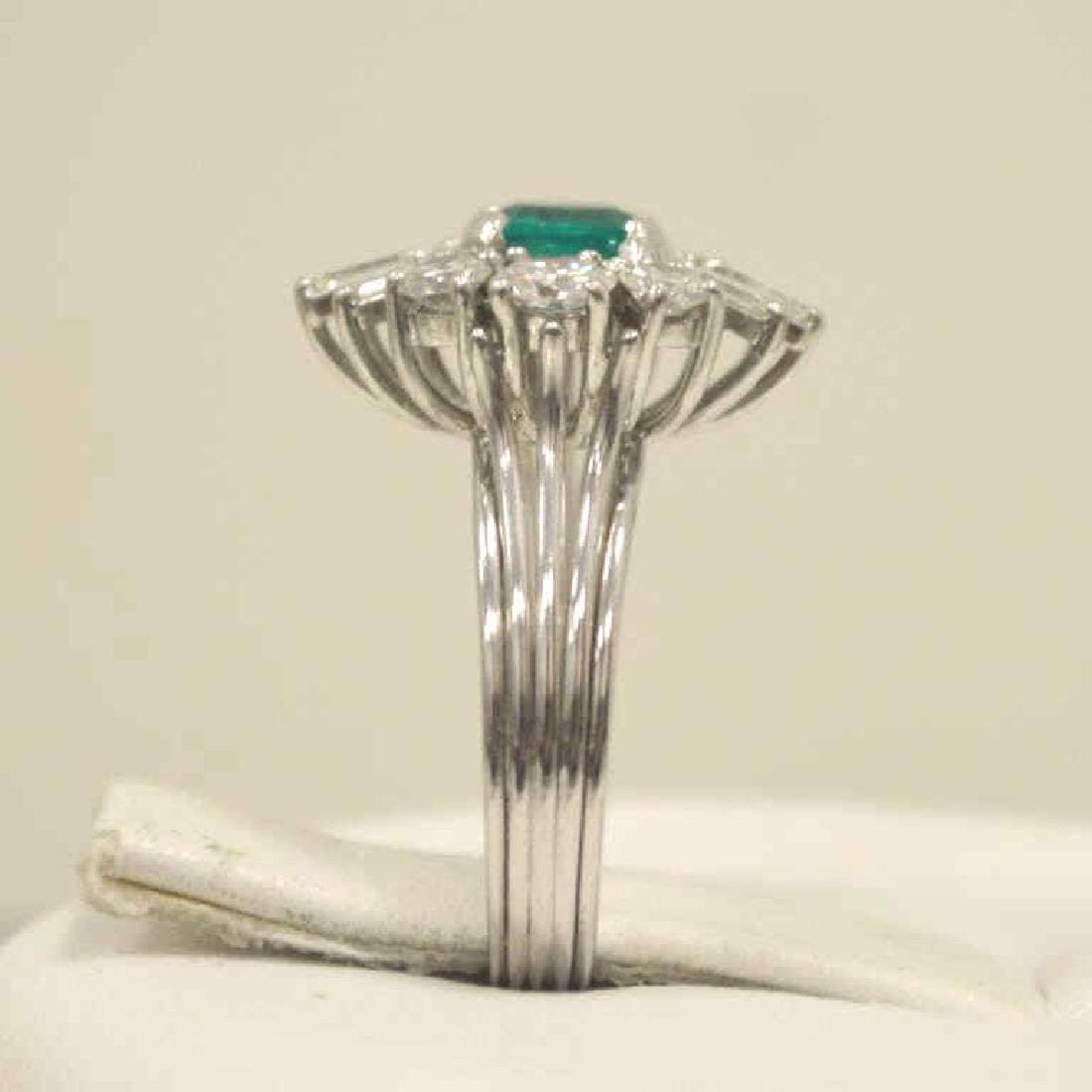 18kt white gold emerald and diamond ring - 4