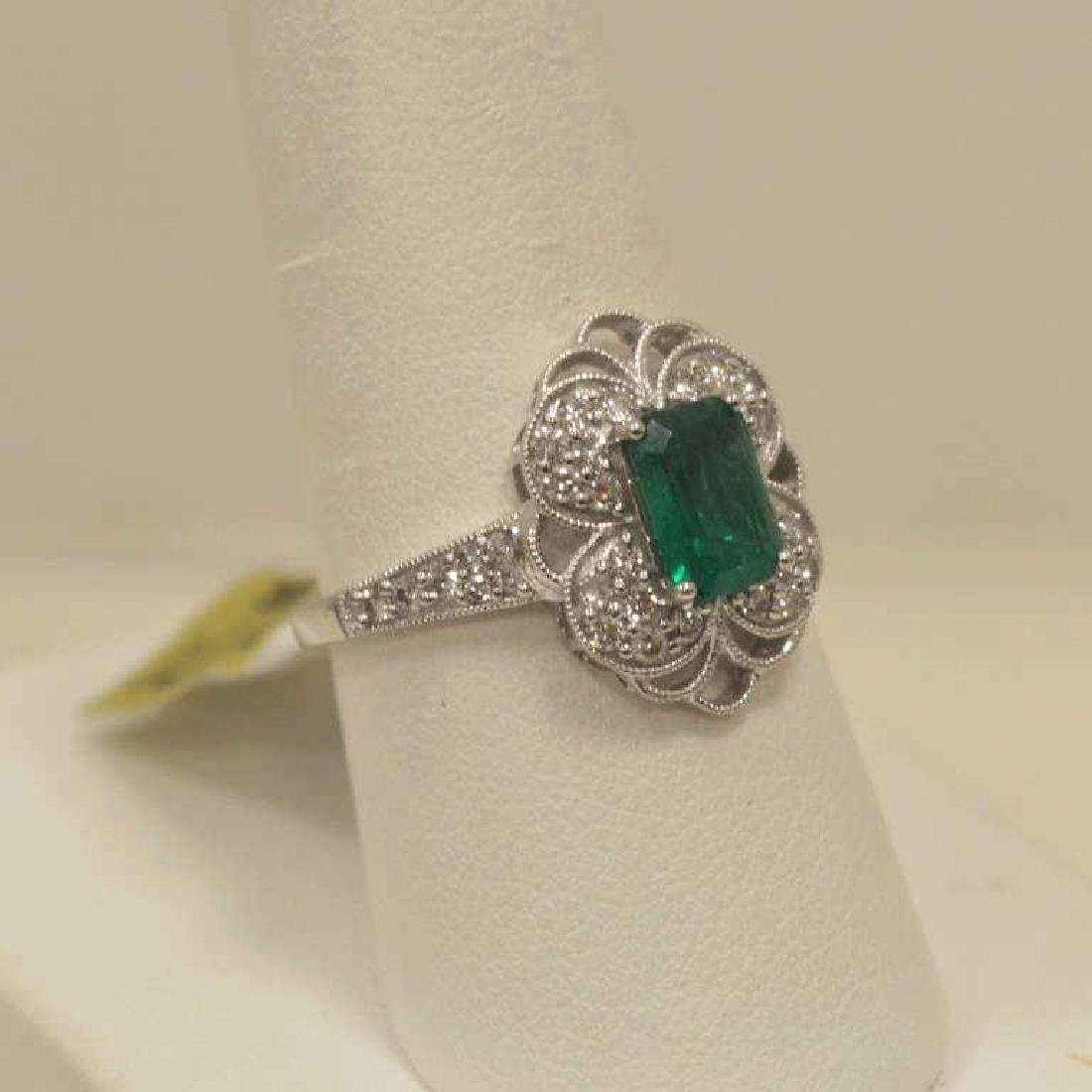 18kt white gold emerald and diamond ring - 2