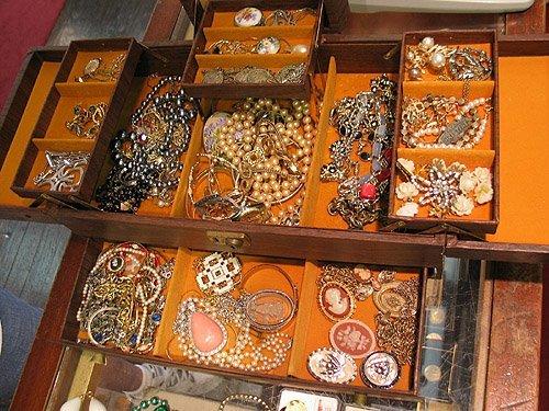 2006: Lot of costume jewelry