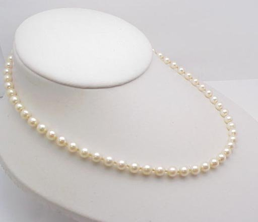 """3007: 18"""" pearl necklace"""