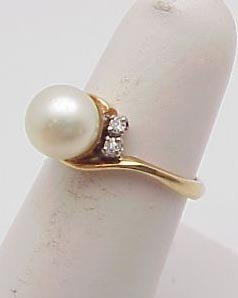 3007: Pearl ring with diamond accents 14 kt