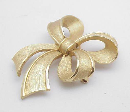 3011: Trafari Bow Lapel Pin