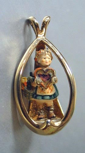 3018: Hummel pendant in 14t yellow gold