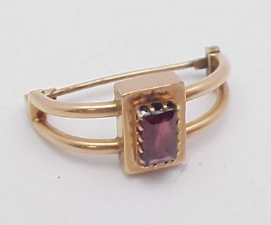 15: 14kt Yellow Gold Garnet Pin