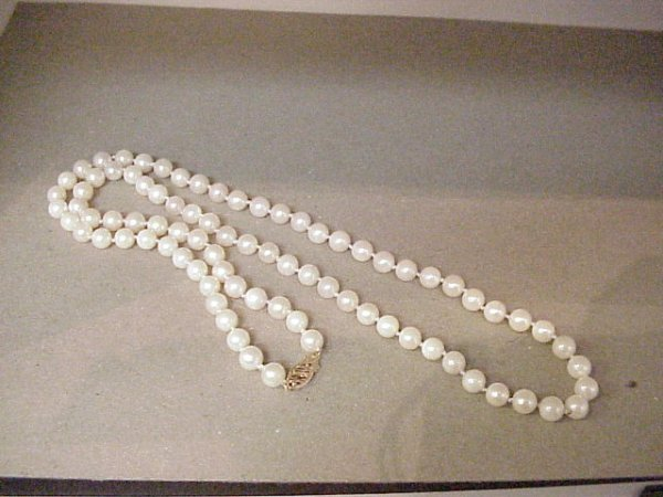 "4: Lady's 24""strand of freshwater pearls"
