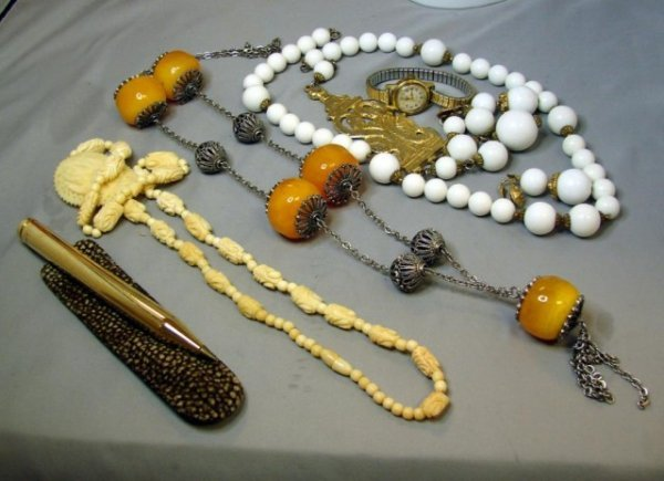 5: Vintage Costume Jewelry Lot incl. Amber Necklace