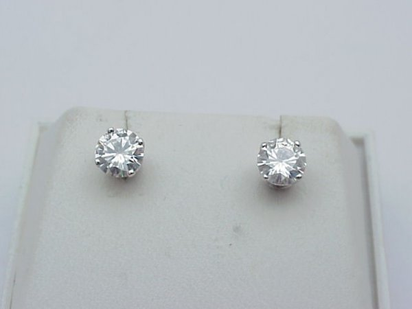 18: .80ctw round diamond studs in wg