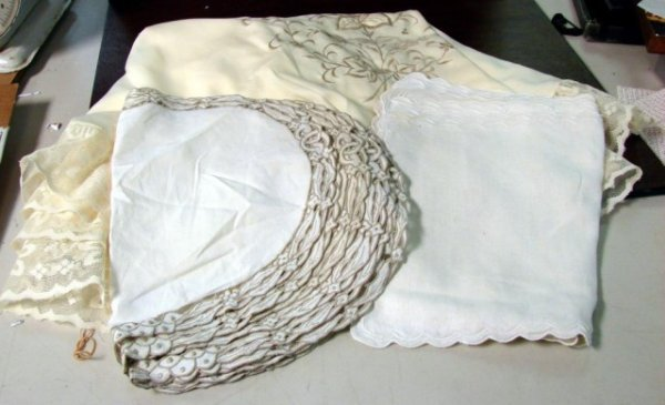 23: Lot of vintage table linens