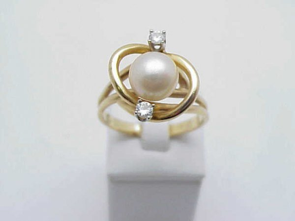 12: Lady's 14kyg pearl/diamond ring