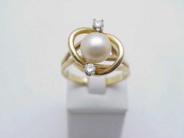9: Lady's 14kyg pearl/diamond ring