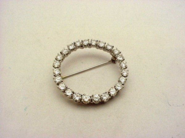 17: Lady's platinum circle pin 4.08cts