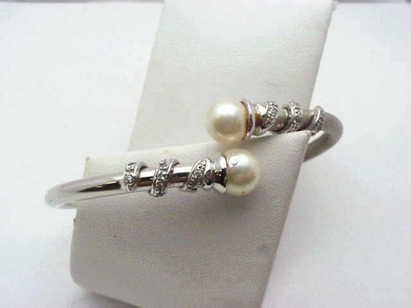 19: Lady's 18kwg diamond bangle w/ pearl