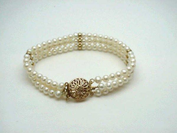 16: Lady's triple strand pearl bracelet 14k