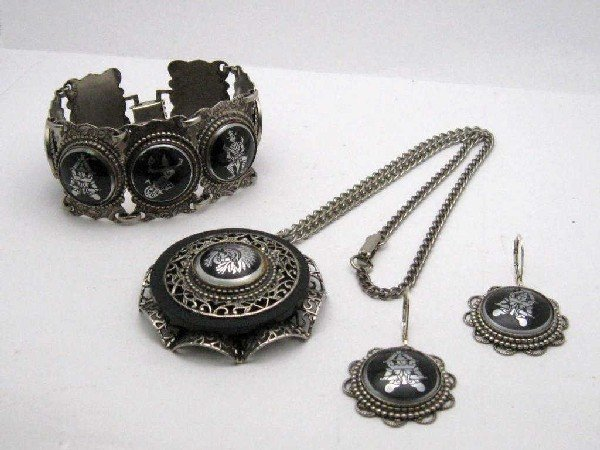 5: Suite of vintage oriental jewelry with pendant