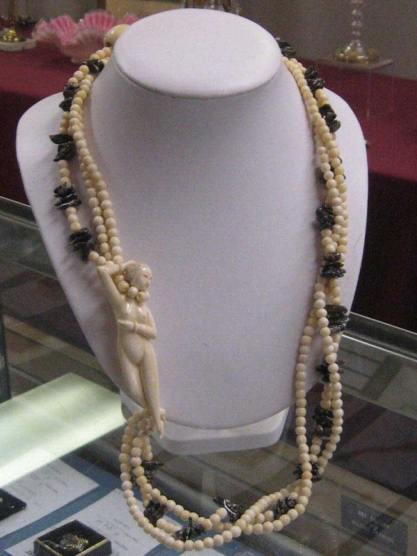 150: Carved ivory & agate necklace