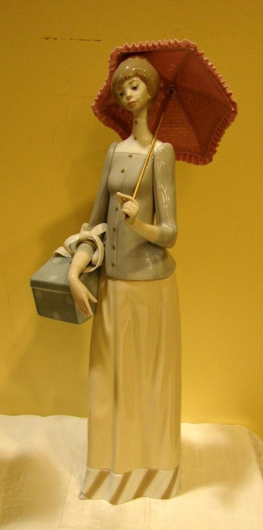 140: Lladro #4700 Dressmaker