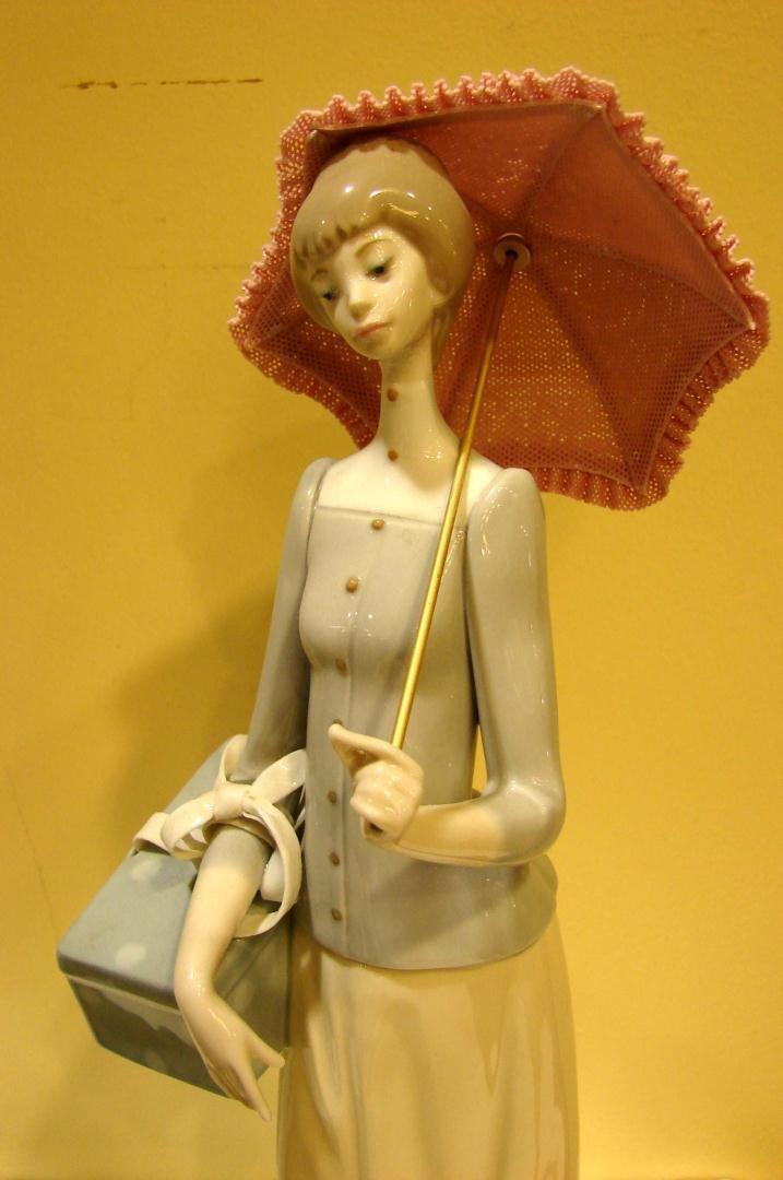 140: Lladro #4700 Dressmaker - 2