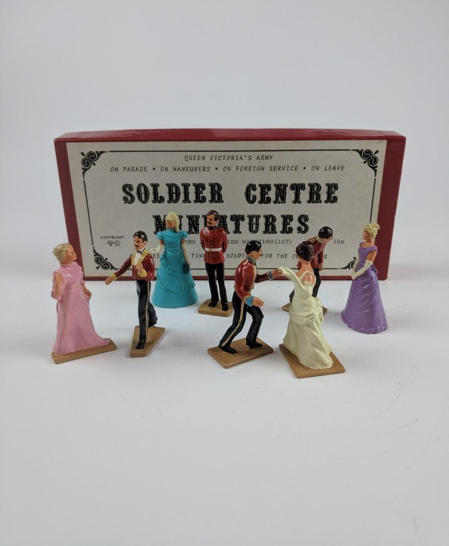 Soldier Centre 10E Soldiers & Ladies Waltzing