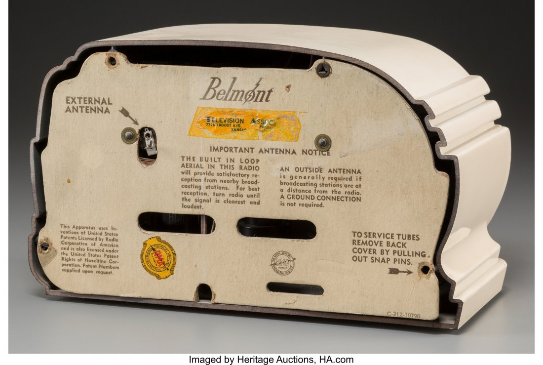62010: A Belmont 5D128 Ivory-Colored Bakelite AM Radio, - 2