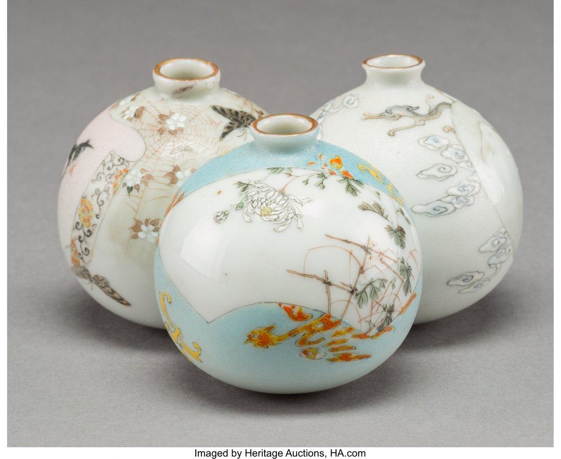 63979: A Japanese Porcelain Triple-Bulb Vase, 20th cent - 2