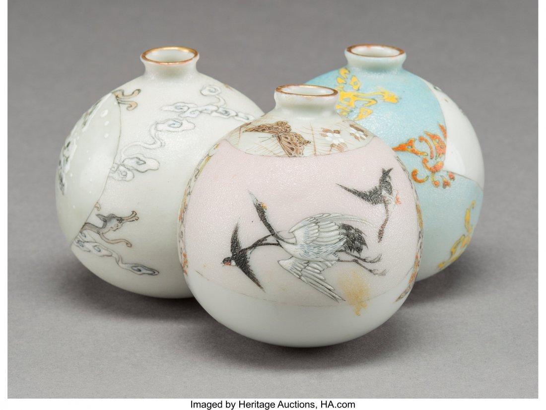 63979: A Japanese Porcelain Triple-Bulb Vase, 20th cent - 3