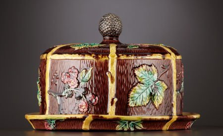 69021: A VICTORIAN MAJOLICA CHEESE STAND AND COVER  Sta