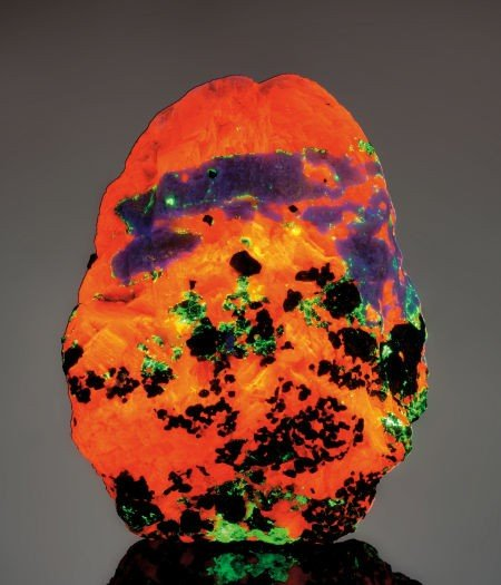 49122: HARDYSTONITE CRYSTALS IN A THREE-COLOR FLUORESCE