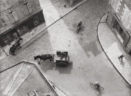 74006: ANDRÉ KERTÉSZ (Hungarian, 1894-1985) Carrefour,