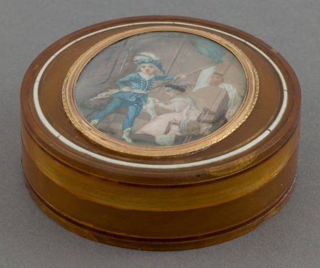 68045: A FRENCH TORTOISE SHELL SNUFF BOX WITH PORTRAIT