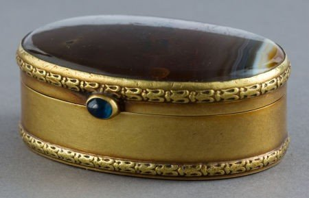 68047: A CONTINENTAL AGATE AND 18K GOLD SNUFF BOX  Make