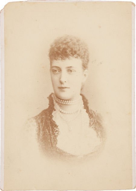44016: Annie Oakley: A Cabinet Photo of Britain's Queen