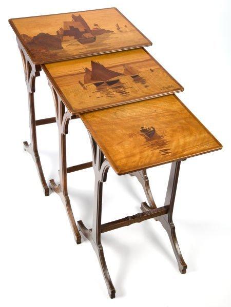 89016: A SET OF THREE GALLÉ MARQUETRY NESTING TABLES  É