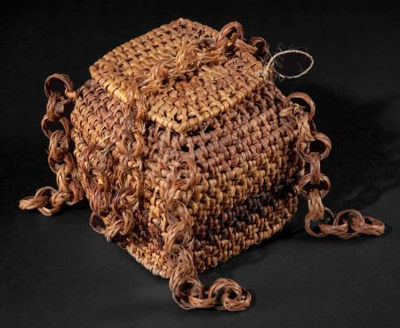 86502: AN EAST AFRICAN WOVEN BASKET WITH LID  Early 20t