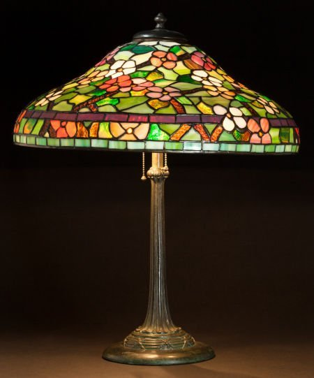 86323: AN AMERICAN LEADED GLASS AND BRONZE TABLE LAMP