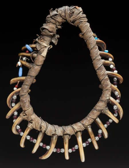 50224: A PRAIRIE GRIZZLY BEAR CLAW NECKLACE c. 1835