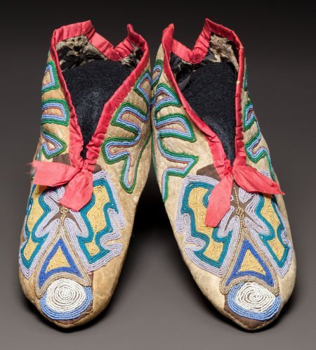 50334: A PAIR OF SOUTHEAST BEADED HIDE MOCCASINS c. 183