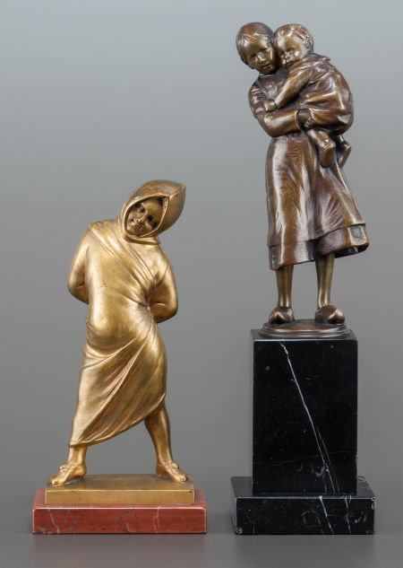 62856: A PATINATED BRONZE FIGURE OF A WOMAN AND CHILD T