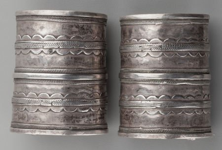 71017: A PAIR OF ETHNOGRAPHIC SILVER CUFFS