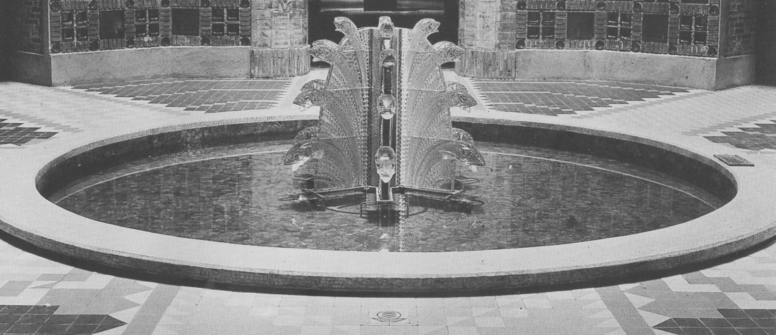 79237: Lalique Clear Glass Poissons Fountain with Custo