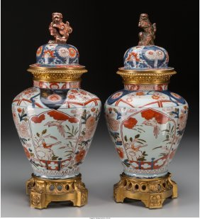 61083: A Pair of Imari Porcelain Covered Urns with Gilt