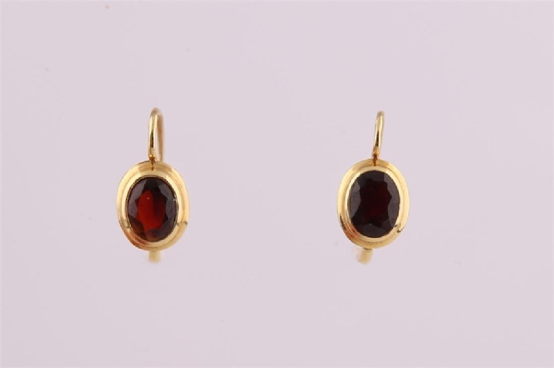 18kt Yellow Gold and Garnet Earrings - 3