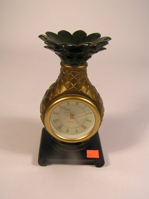 1021: DECORATIVE PINEAPPLE TABLE CLOCK