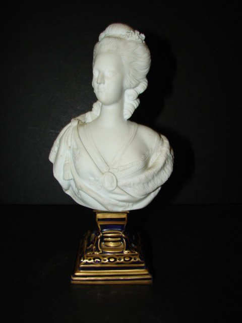 369: SMALL FRENCH PORCELAIN BUST OF M. ANTOINETTE