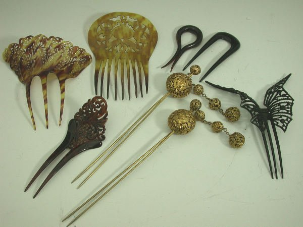 18: An assorted collection of hair combs,   to include