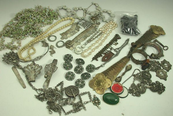 19: A mixed lot, to include a Dutch silver chatelaine c