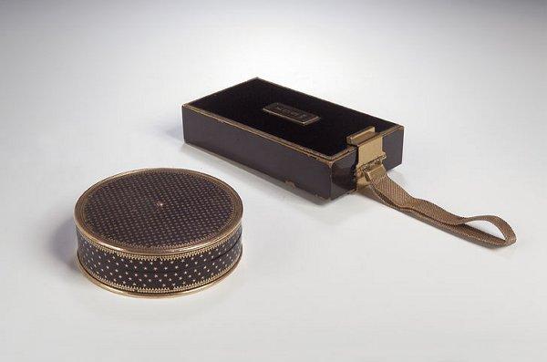 1009: A tortoiseshell and gold inlaid circular box and